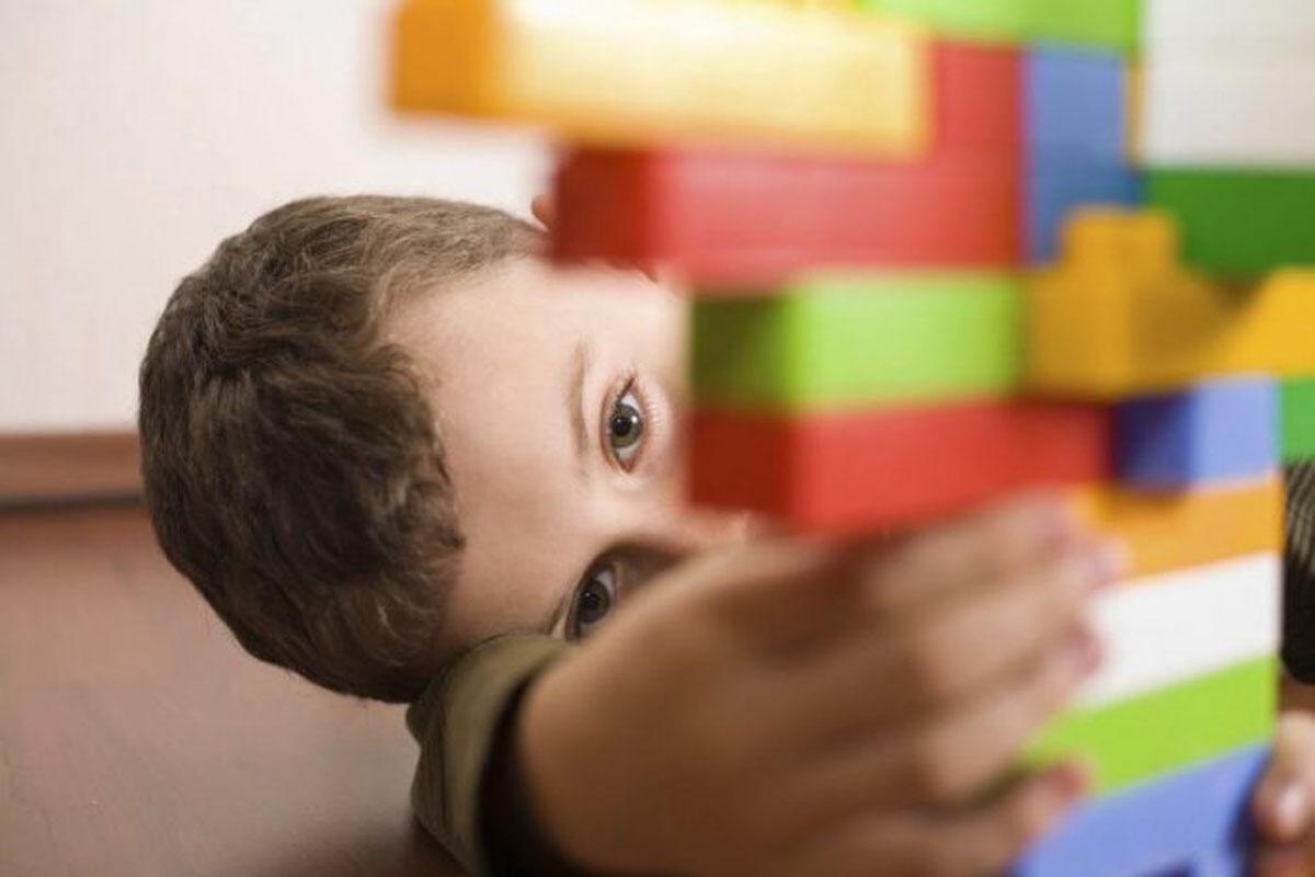 Criança brincando com Lego